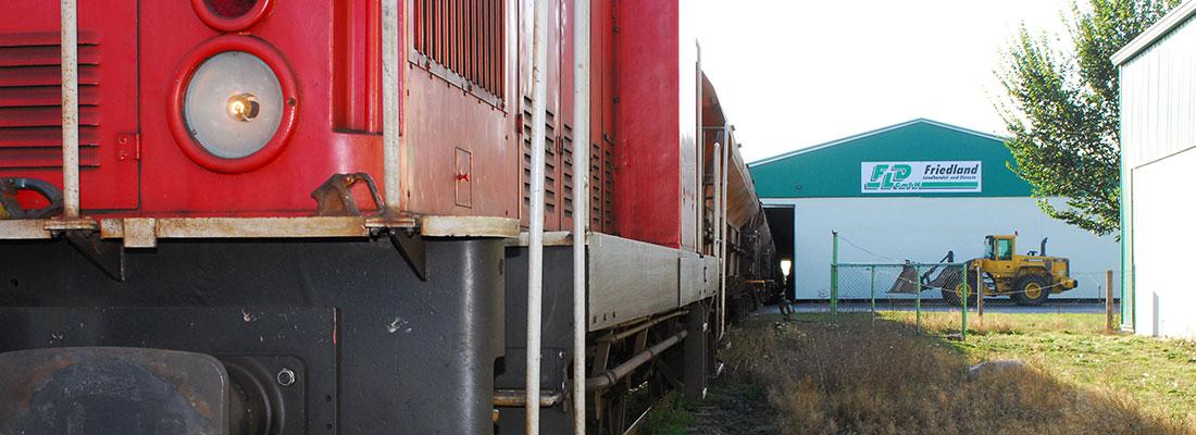 Bahn-bei-Einfahrt-in-Friedland